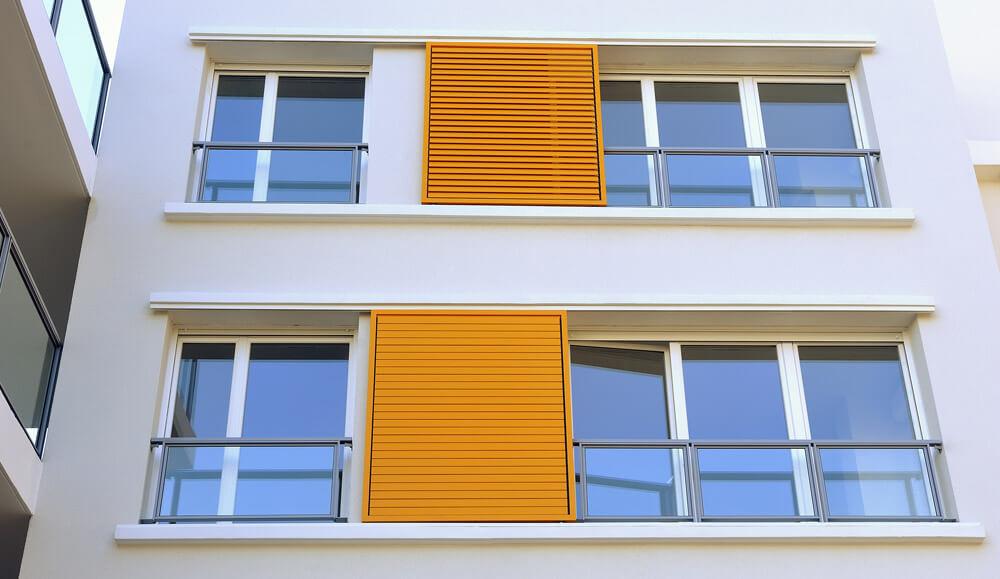 Французские окна на балкон: лоджия с обилием света.