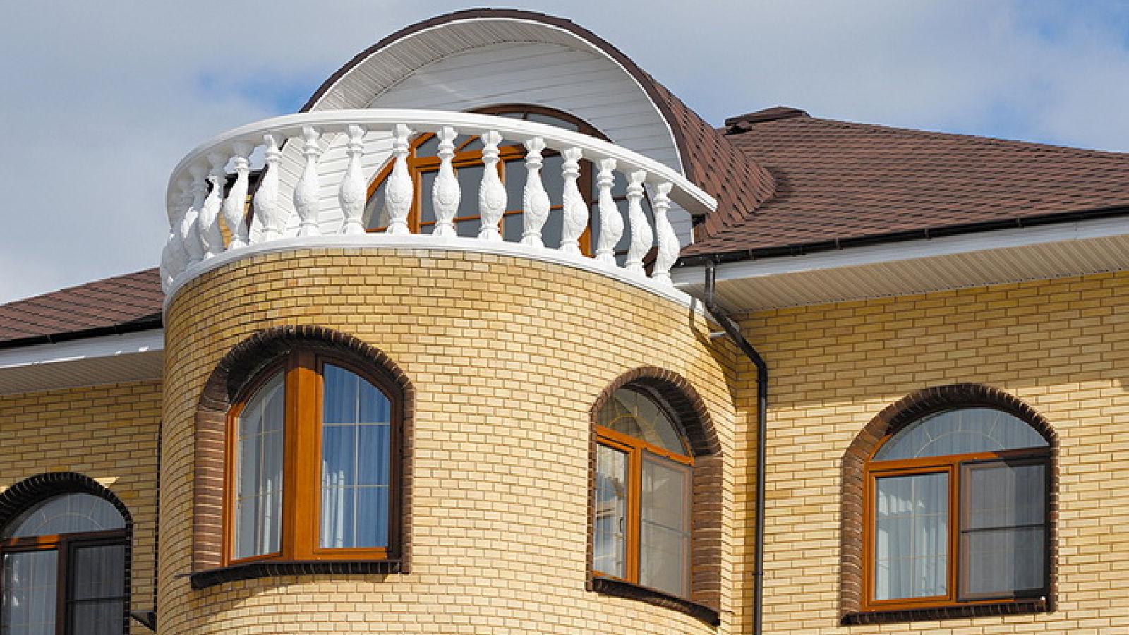 фото кирпичных домов с арочными окнами день, друзья все